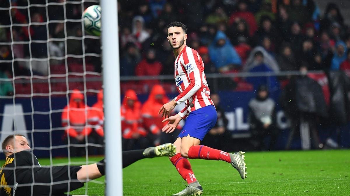 Ter Stegen evita el disparo de Hermoso en la primera parte del Atlético-Barça.
