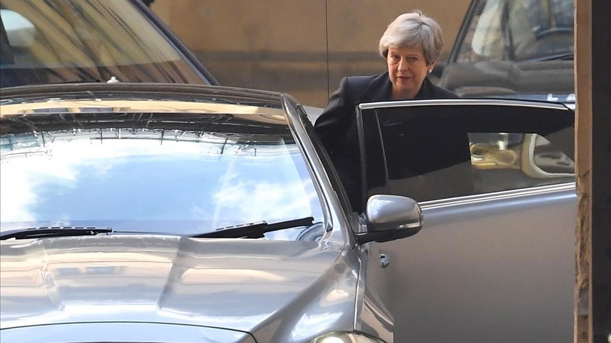 La primera ministra Theresa May hoy saliendo del Parlamento en Londres.