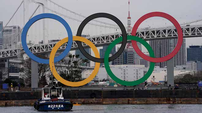 Tokio instala los anillos olímpicos gigantes en su bahía de cara a los próximos Juegos.