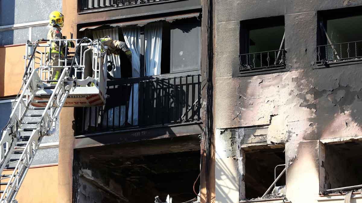En el incendio del edificio de diez plantas en el barrio en Sant Roc de Badalona han muerto tres personas y otras diecinueve están heridas, entre ellas un bebé en estado crítico.