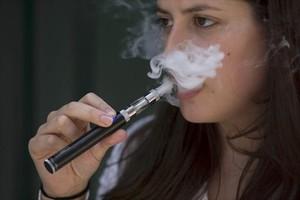 Una dona exhala vapor d'un cigarret electrònic, ahir, a Londres.