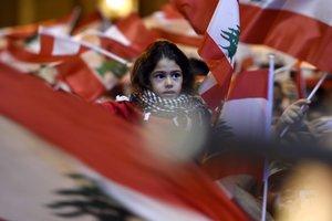 Una niña, en la manifestación de este domingo en Beirut.