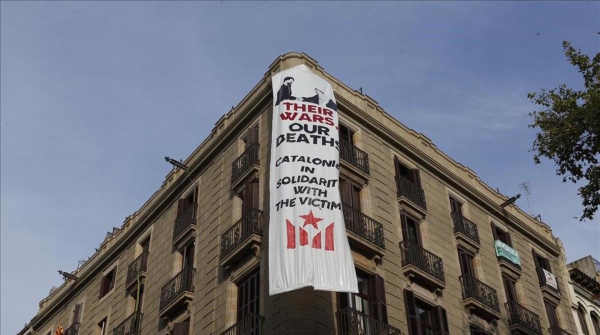 Una pancarta colgada en el Pla de lOs, donde se celebrará el homenaje a las víctimas de los atentados.