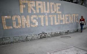 Una pintada denuncia la votación a la Asamblea Constituyente en un muro de Caracas.