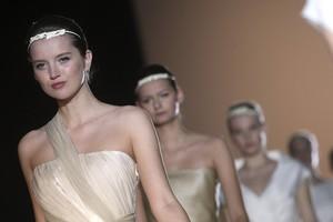 Unas modelos lucen los vestidos del diseñador madrileño Jesús del Pozo, en la edición del 2010 en la Bridal Week de Barcelona.