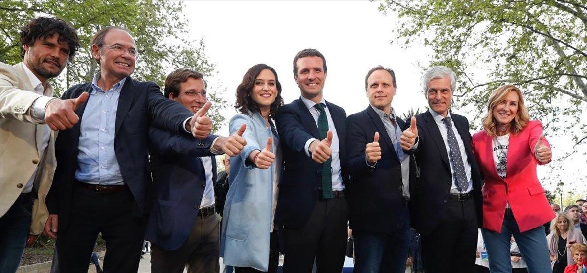 Pablo Casado, en el centro, con los principales dirigentes del PP madrileño, en el mitin de Madrid.