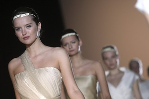 Unes models porten els vestits del dissenyador madrileny Jesús del Pozo, en ledició del 2010 de la Bridal Week de Barcelona.