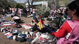Uno de los mercadillos callejeros que ha proliferado en Argentina con la crisis.