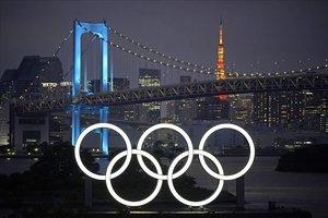 Unos anillos olímpicos gigantes iluminan el puente de Odaiba, una de las zonas olímpicas de Tokio