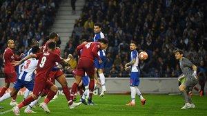 Van Dijk marca el cuarto gol del Liverpool en Oporto venciendo en el salto al exmadridista Pepe y en presencia de Casillas.