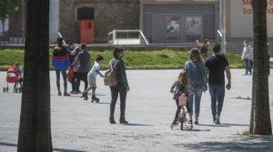 Varias familias del barrio de Sant Andreu de Barcelona, el pasado 26 de abril, primer día en que los niños pudieron salir a la calle tras 42 días de confinamiento.
