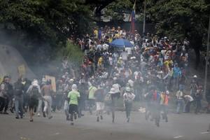 Manifestantes opositores se enfrentan a la Guardia Nacional Bolivariana (GNB) en Caracas.