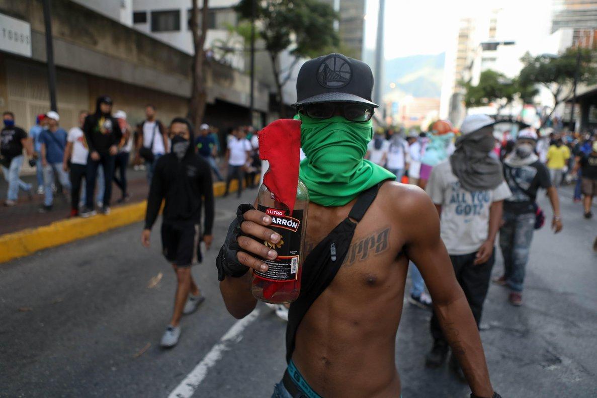 Manifestantes participan en una protesta contra el Gobierno del presidente de VenezuelaNicolas Maduroen CaracasVenezuelaMiles de venezolanos se han manifestado en los 23 estados del pais y el Distrito Capital een el marco de una movilizacion convocada por la oposicion para desconocer la legitimidad del segundo mandato del presidenteque acaba de comenzarEFE Cristian Hernandez