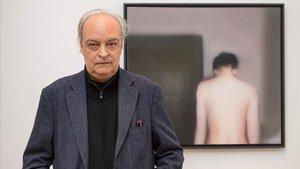 Vila-Matas, ante la obra de Richter,enla exposición en la Whitechapel Gallery de Londres.