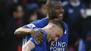 Wes Morgan abraza a Jamie Vardy tras uno de los dos goles del delantero del Leicester.