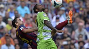 Xavi i Escudero es barallen per una pilota durant el partit que ha enfrontat el Barça i el Getafe al Camp Nou.