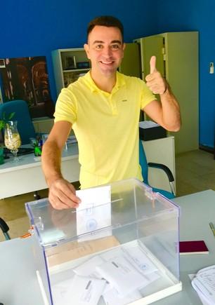 El exjugador del Barça Xavi Hernández votando en la embajada española en Doha vestido de amarillo