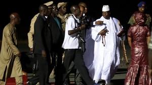 Yahya Jammeh a su llegada al aeropuerto para exiliarse a Guinea Ecuatorial.