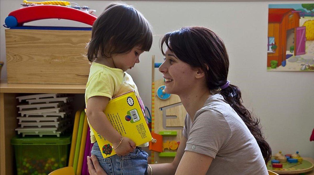 El niño lo cuida ella: el 70% de trabajadores que interrumpen su carrera para cuidar de un hijo son mujeres