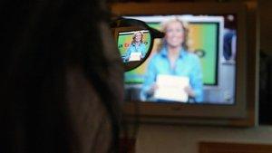 Espectador viendo un programa en un televisor.