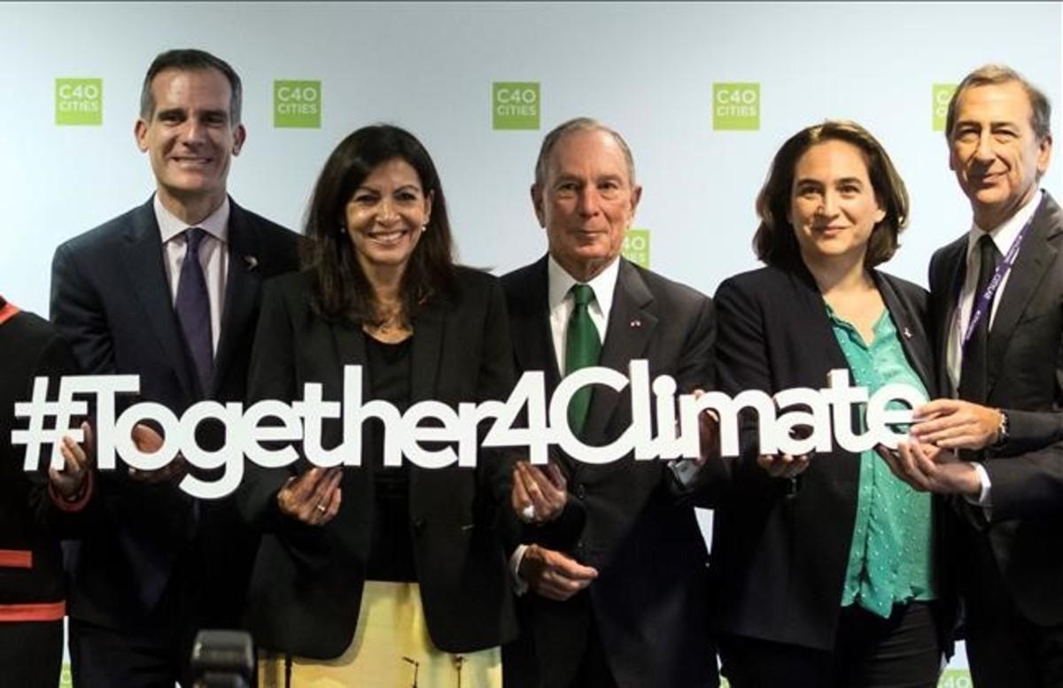 De izquierda a derecha, Eric Garcetti, alcalde de Los Ángeles; Anne Hidalgo (París); Michael Bloomberg, exalcalde de Nueva York; Ada Colau, y Giuseppe Sala (Milán), tras la conferencia.