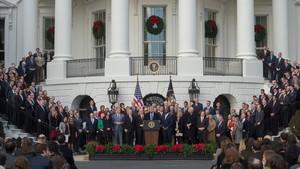 Donald Trump preside en los jardines de la Casa Blanca su primer gran logro legislativo: la rebaja de impuestos.