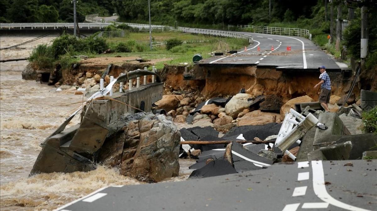 Daños en una carretera por las inundaciones en Japón.