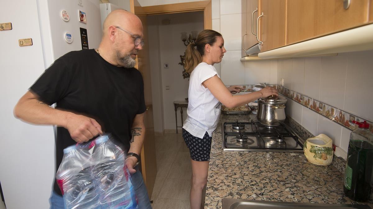 Yanisbel, con su marido, Esteban, en la cocina de su casa.