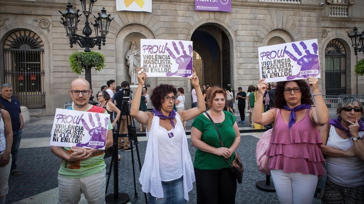 Mujeres con pancartas en la plaza de Sant Jaume de Barcelona tras un asesinato machista, en agosto pasado.