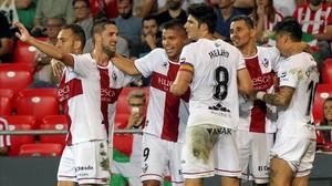 Los jugadores del Huesca celebran el segundo gol del equipo en el partido que les enfrentó el pasado lunes al Athletic de Bilbao.