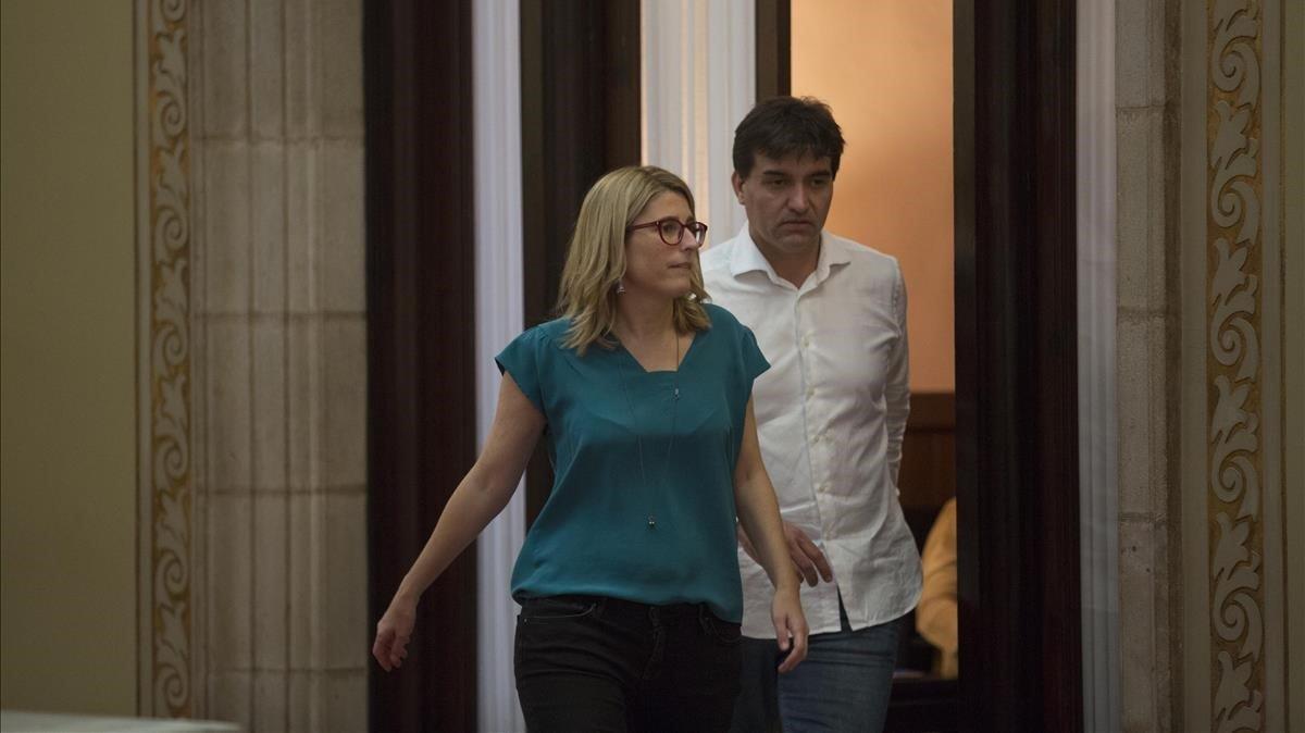 Elsa Artadi (JxCat) y Sergi Sabrià (ERC), en los pasillos del Parlament.