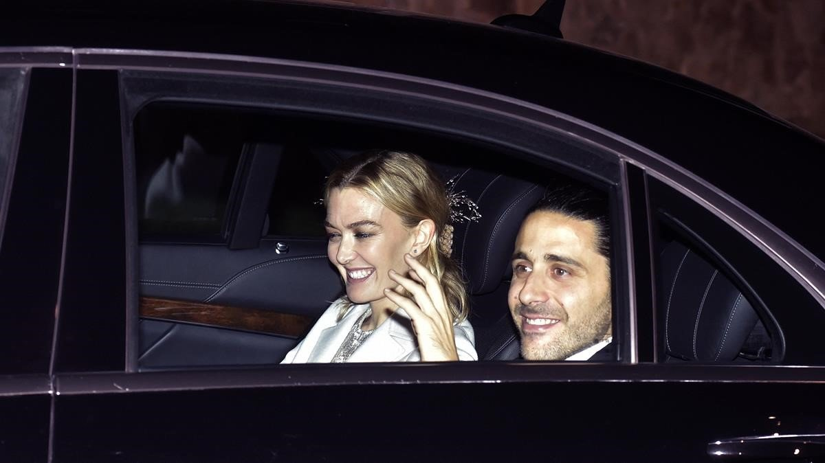 Marta Ortegay su marido Carlos Torretta, a su llegada al banquete nupcial el sábado.