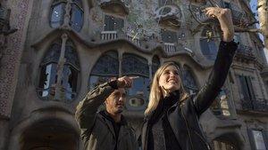 El fotógrafo Jonathan Carvajal enseña cómo hacerse un selfie frente a la Casa Batlló.
