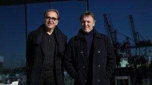 Carlos Zanón (derecha), comisario de BCNegra, y Joan Subirats, comisionado de Cutura del Ayuntamiento de Barcelona, en el puerto de Barcelona, este jueves.