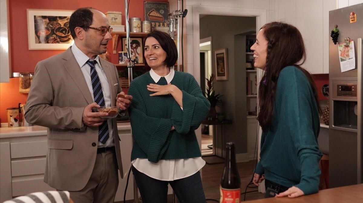 Juana Macías (derecha) da instrucciones a Silvia Abril y Jordi Sánchez, durante el rodaje de 'Bajo el mismo techo'.