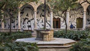 Los grafitis de PichiAvo en el claustro renacentista del Centre del Carme.