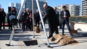 El secretario de Universitats, Francesc Xavier Grau, en la colocación de la primera piedra del parque Diagonal-Besòs.