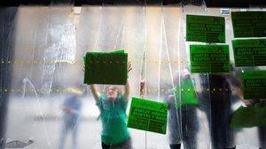 Protesta contra los desahucios en Barcelona, vista desde dentro de una oficina bancaria.