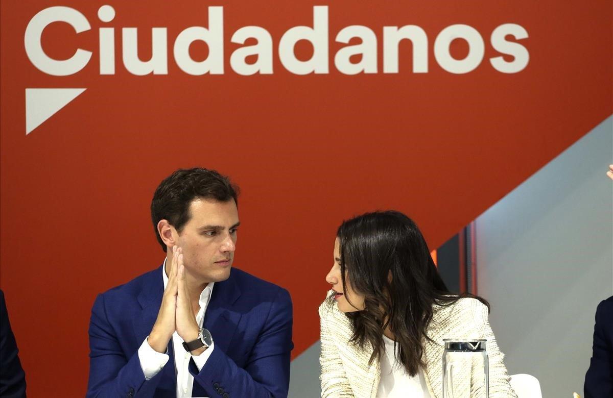 El presidente de Ciudadanos, Albert Rivera y la portavoz de la ejecutiva y secretaria de Formación, Inés Arrimadas, durante la reunión del Comité Ejecutivo de la formación naranja celebrada este lunes en la sede de la calle Alcalá, en Madrid.