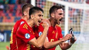 Fabián Ruiz celebra con sus comoañeros el tercer gol de la selección española.
