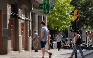 Una calle de Girona, este viernes, donde los termómetros han superado los 43 grados.