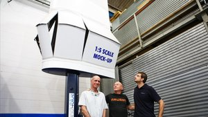 Pelegrí, Padrissa y Bermúdez junto a un prototipo a escala 1:5 de la vela ecológica