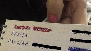 Antonia ha tachado los nombres de Piedad y Manolo de su agenda telefónica.