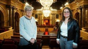 Maria Dolors Calvet (izquierda) y Rut Ribas, en el hemiciclo del Parlament de Catalunya.