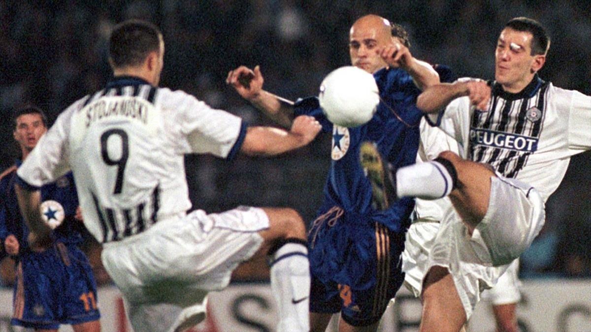 Stojanoski (izquierda) y Rasovic (derecha), dos de los jugadores del Partizán que se proclamó campeón en 1999, durante un partido de Recopa frente al Newcastle.