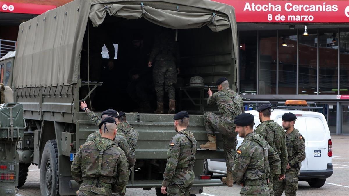 Militares del Ejército en las inmediaciones de la estación de tren Madrid Puerta de Atocha durante el tercer día laborable desde que se decretó el estado de alarma.