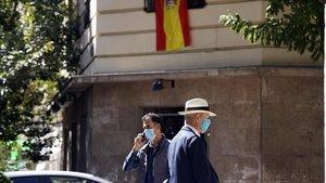 Dos transeúntes por la calle Núñez de Balboa de Madrid, ayer.