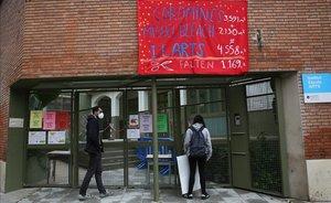 Pancartas en el IE Arts, en el distrito de Sants-Montjuïc, en Barcelona.