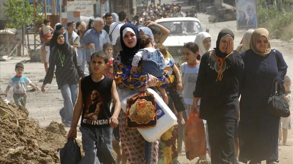 Refugiados palestinos en Líbano huyen de los combates en el 2007.