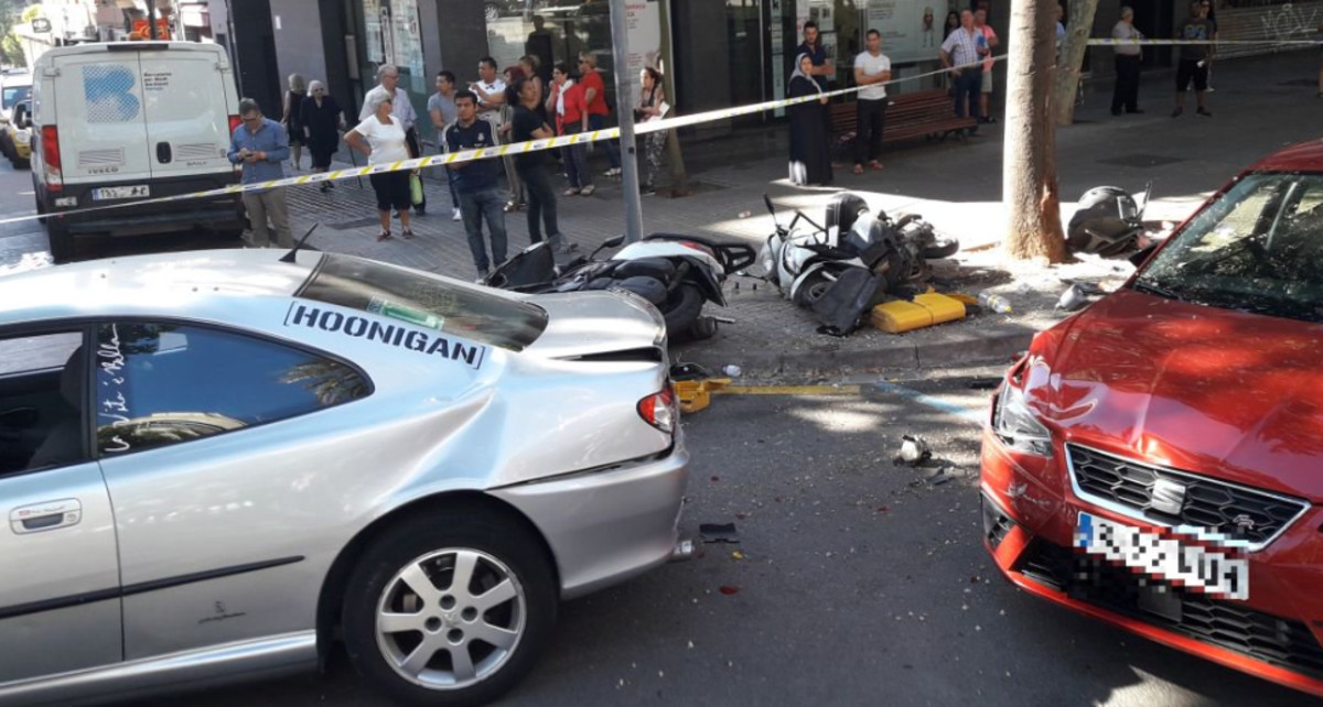Imagen del accidente de esta martes en Via Júlia en que un coche ha recorrido 50 metros por la acera.